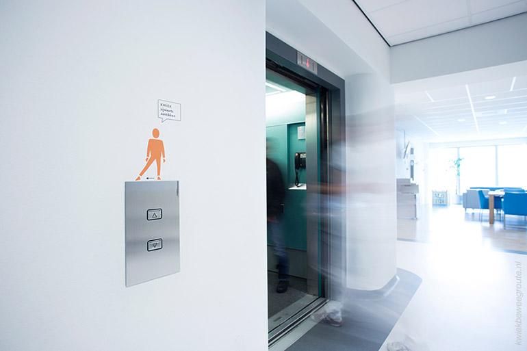 Kwiek zijwaarts aantikken bij de lift